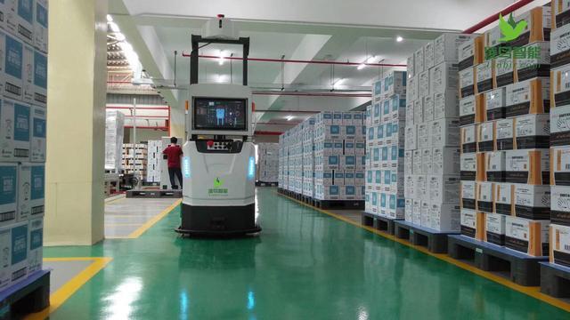 AGV就是传统叉车的升级,以前都是通过人工操作机器,让机器完成移动配送作业。